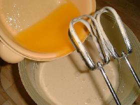 ajouter le beurre fondu ( le laisser refroidir un peu ) et mixer le tout