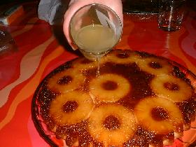 répartir le jus d'ananas sur le gâteau encore tiède