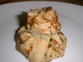 Vous pouvez également disposer la préparation dans des crêpes liées avec une fine lanière de poireau