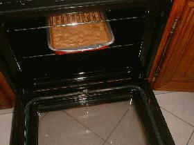 Mettre la pâte dans un moule beurré (carré ou rectangulaire) en lissant bien la surface et mettre au four pendant environ 40 min à 200°C (thermostat 6/7)