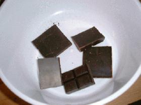 casser le chocolat en morceaux et le faire fondre au bain-marie