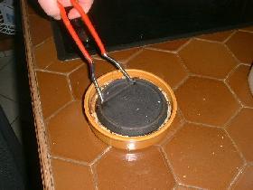 chauffer le fer sur la plaque de cuisson et poser sur la cassonade. ou passer 2 minutes sous le gril du four ( à 270°c ). quand le sucre fond, sortir du four et laisser durcir