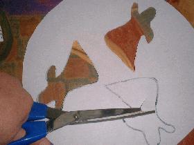 pendant ce temps, découper des silhouettes de fantome dans un rond de papier de la taille du moule