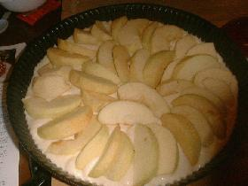 verser la pâte dans un moule beurré et disposer les morceaux de pommes comme pour une tarte <br /><br /> Faire cuire 10 min au four à 200°C (thermostat 6/7)