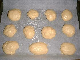 former des boules avec la paume de la main et les déposer sur une plaque couverte d'un papier cuisson <p>faire à nouveau lever pendant 1 heure