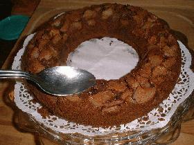 après avoir démoulé le gâteau, arroser avec le jus de poires