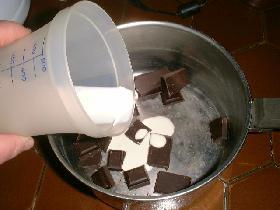 casser le chocolat dans une casserole et ajouter avec 5 cl de crème