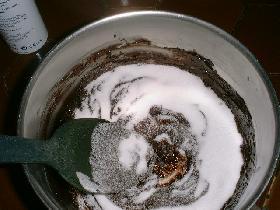 verser le sucre dans le chocolat et mélanger