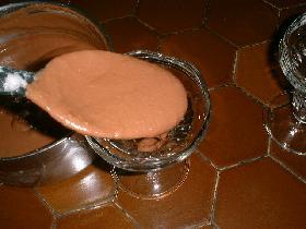 verser la mousse dans les coupes et laisser durcir quelques heures au réfrigérateur