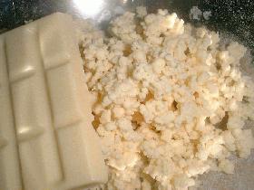 hacher le chocolat blanc.  puis mélanger à la préparation