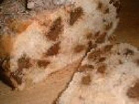 couvrir le moule d'un torchon et attendre 30 min. Faire cuire le pain à four préchauffé 45 min. Le démouler sur une grille et laisser refroidir avant de découper ( et oui c'est dur ...)