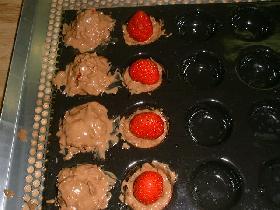 continuer de la même manière avec les autres fraises. mettre au réfrigérateur