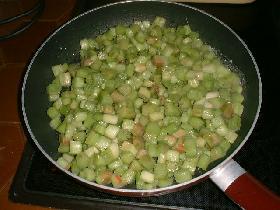 dans une poêle, mettre une noisette de beurre et faire cuire la rhubarbe quelques minutes seulement. éliminer le jus