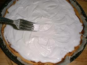 battre les 2 blancs en neige avec 80g de sucre glace. couvrir la tarte avec la meringue et enfourner quelques minutes en surveillant attentivement