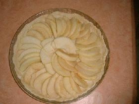 Après avoir étalé votre pâte (voir pâte rapide), disposer les pommes coupées en lamelles sur le fond de tarte