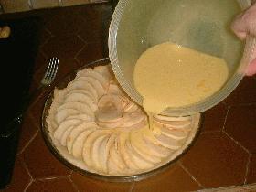 Fouetter les oeufs avec les jaunes, le sucre, la crème liquide et la vanille