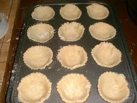 mettre les ronds de pâte dans les moules cuire à blanc 10 mn et sortir du four préchauffer à 230°C