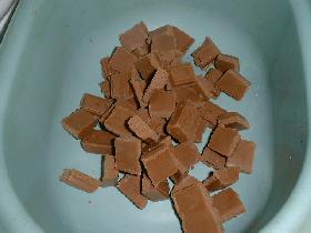 dans un saladier, casser 200g de chocolat pralinoise