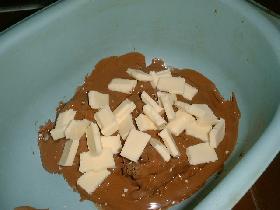 ajouter le chocolat blanc en morceaux</p> <p>faire fondre au bain marie