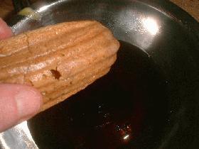 Imbiber les biscuits dans le mélange café - marsala