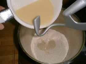 verser le mélange sur la farine