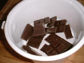 casser le chocolat en morceaux et le faire fondre 3mn au micro-ondes
