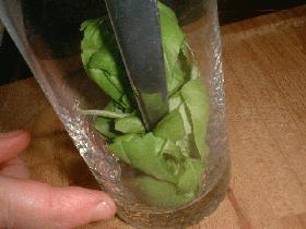 ciseler le basilic (mettre le basilic dans un verre et à vos ciseaux...)