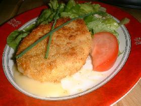 dresser l'assiette : quelques feuilles de salade assaisonnée, un quartier de tomate , 2 brins de ciboulette et le croustillant de chaource.