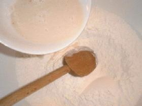 Dans un grand saladier, mélanger la farine et le sel.Ajouter la moitié du liquide et mélanger à la cuillère en bois
