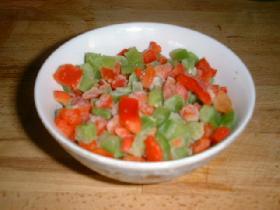 laver et essuyer les poivrons. enlever les grains et couper en petits dés