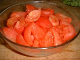 blanchir les tomates quelques minutes pour les peler facilement et les couper en quartiers