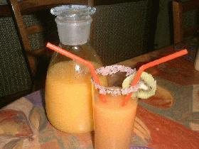 et verser le jus de fruits dans le verre<br /> décorer avec une rondelle de kiwi&#8221;&gt; <p class=