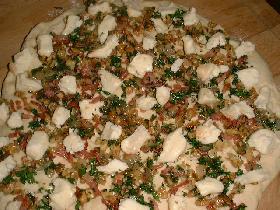 étaler la pâte et répartir la farce ainsi que le munster coupé en petits morceaux