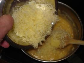incorporer le fromage râpé. épicer d'un peu de poivre et de muscade râpée