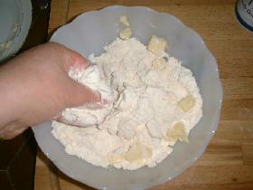 Malaxer du bout des doigts jusqu'à obtenir une pâte sableuse