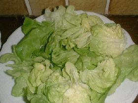 nettoyer la salade, et la disposer dans chaque assiette