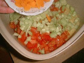 puis ajouter les ingrédients coupés et le jus d'un citron puis mélanger