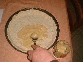 Après avoir étaler la pâte à tarte, la recouvrir de moutarde