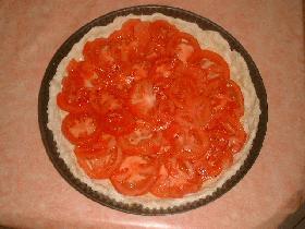 puis la recouvrir de rondelles de tomates
