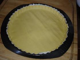 étaler le fond de tarte dans une tourtière