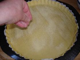 parsemer quelques cuillers à soupe de semoule sur le fond de tarte ( pour garder une pâte plus croustillante )