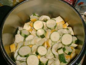 laver les courgettes et les couper en fines rondelles dans une cocotte