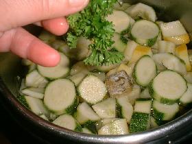 ajouter la branche de persil. saler, poivrer et faire cuire 30 minutes environ ou 10 minutes en cocotte minute