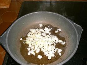 dans une cocotte,chauffer l'huile et faire revenir l'oignon et l'ail hachés