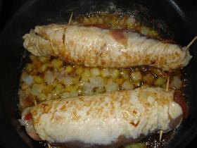 dans une poêle, faire dorer les escalopes  avec un oignon émincé <p>assaisonner de sel et poivre