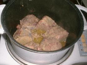 Faire revenir la viande dans de l'huile d'olive, ajouter l'ail émincé et le jus de la marinade