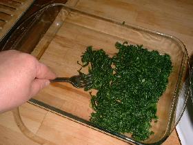 couvrir le fond du plat d'épinards