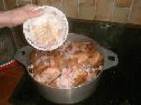ajouter les oignons et l'ail, saler ,poivrer ajouter du thym et 2 verres d'eau (40 cl environ) et laisser mijoter 1 h 15 environ