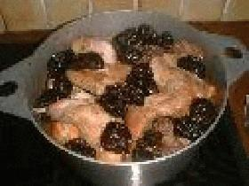 au bout d'1h15 ajouter les pruneaux et prolonger la cuisson de 15 minutes, lier la sauce au moment de servir avec une cuillère de ma?zena délayée dans un demi verre d'eau