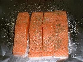 sur un grand rectangle de papier aluminium, disposer les 4 filets de saumon, saler, poivrer et parsemer d'aneth ( facultatif )